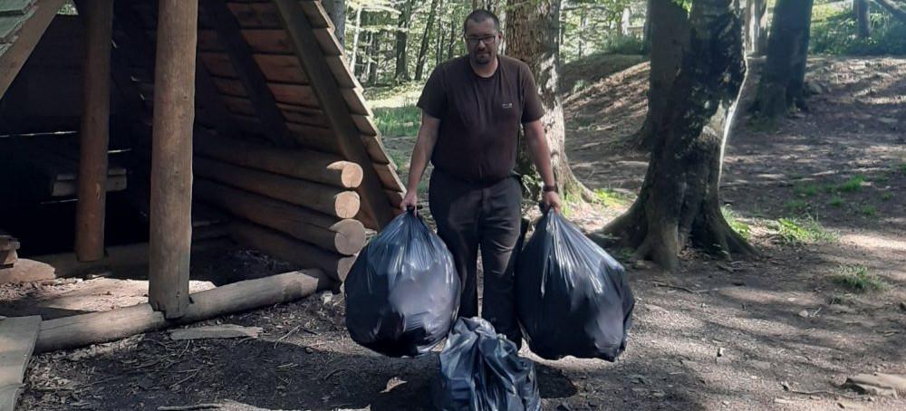 Sterty śmieci w Bieszczadach. Butelki, puszki i… zużyte pieluchy (FOTO)