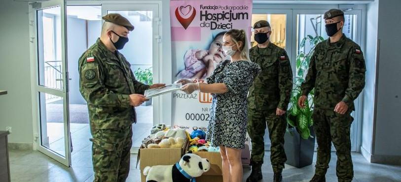 Pluszaki dla dzieci z rzeszowskiego hospicjum od żołnierzy WOT!
