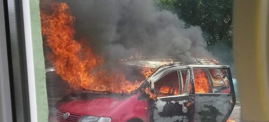 SANOK: Płonęły trzy samochody! Jeden z nich doszczętnie zniszczony (ZDJĘCIA)