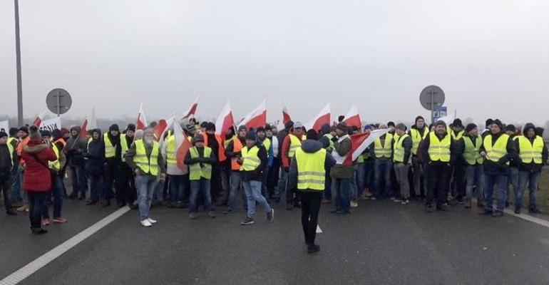 Rolnicy z całej Polski blokują autostradę A2 (FILMY)