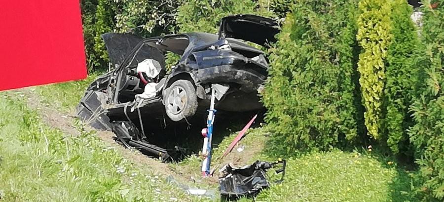 Dachowanie w rowie. Niestety, kierujący nie przeżył (FOTO)