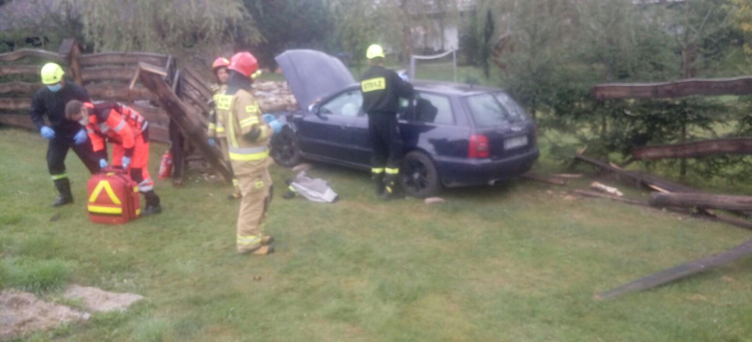 Kolizja w Bieszczadach. Kierowca wbił się w ogrodzenie (ZDJĘCIA)