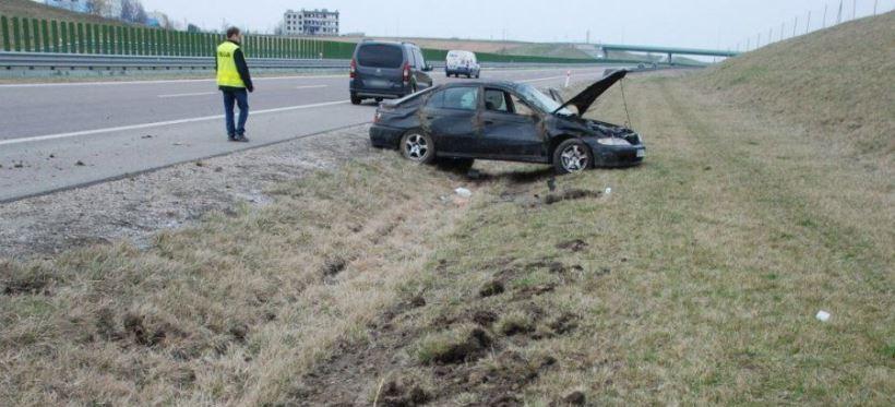 Dachowanie na A4. Kierowca był poszukiwany i przewoził narkotyki