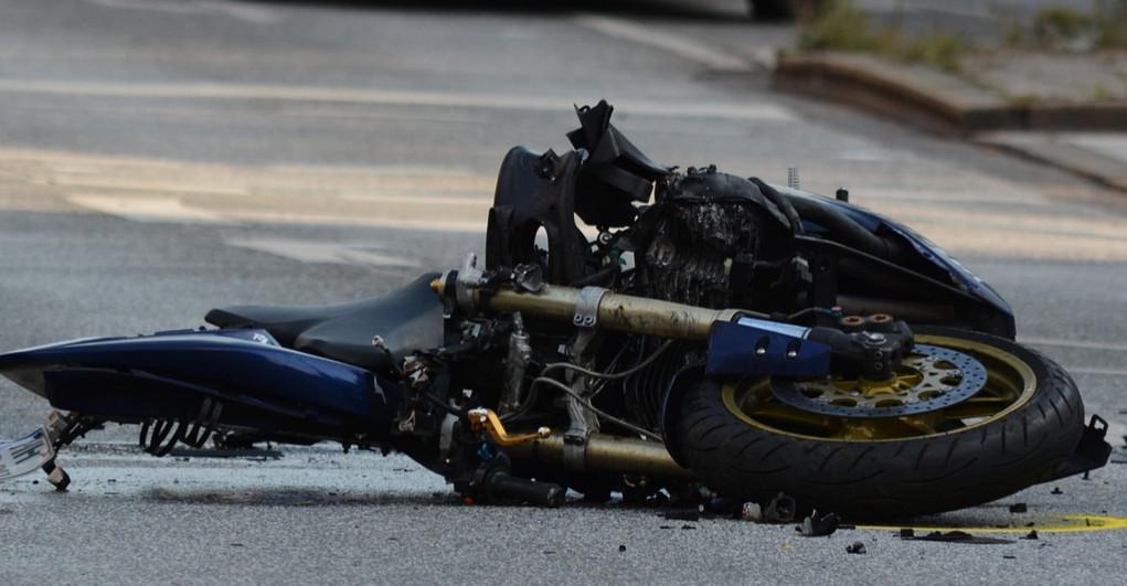 Młody motocyklista uderzył w drzewo. Nie żyje