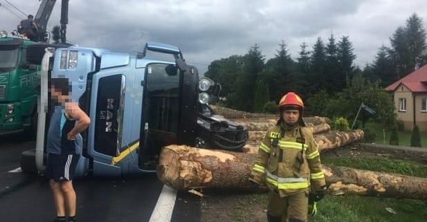 NOWOSIELCE: Wywrócona ciężarówka z drewnem (FOTO)