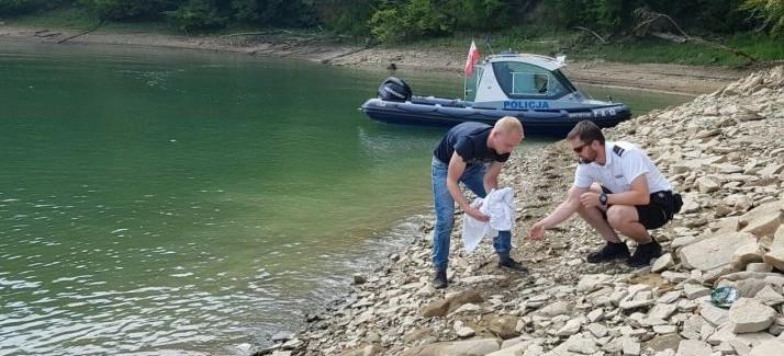 Nietypowa interwencja na jeziorze. Policjanci uratowali rannego ptaka (FOTO)