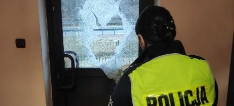 DYDNIA: Siekierą zdewastował drzwi posterunku policji (ZDJĘCIA)
