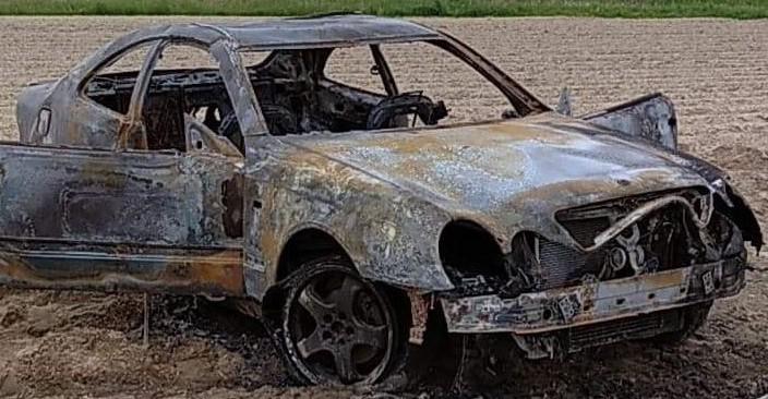 """Kręcili """"bączki"""" aż samochód się zapalił. Pojazd spłonął (ZDJĘCIA)"""