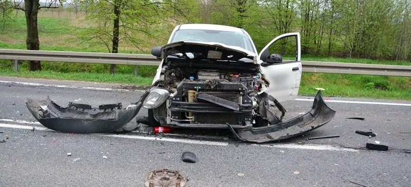 Śmiertelny wypadek w Moderówce. Zginął kierowca volkswagena (FOTO)