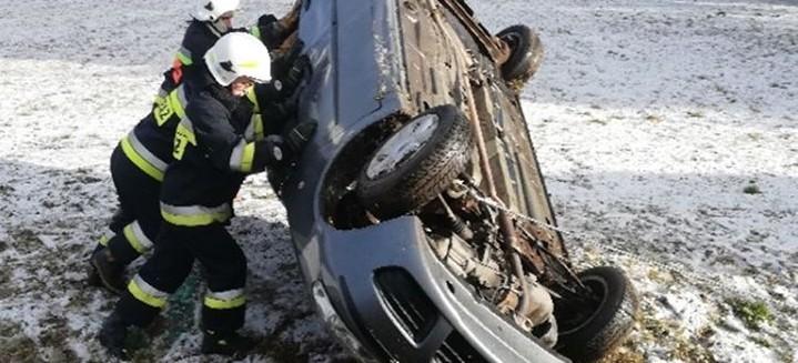 Postronni kierowcy wyciągnęli poszkodowanego z pojazdu (ZDJĘCIA)