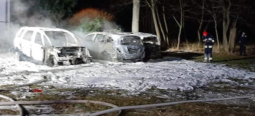 Trzy pojazdy spłonęły doszczętnie. Zwarcie instalacji, podpalenie? (ZDJĘCIA)