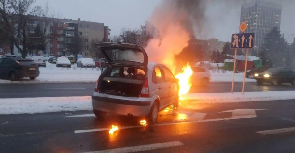 RZESZÓW. Żołnierz w akcji gaśniczej płonącego samochodu (FOTO)