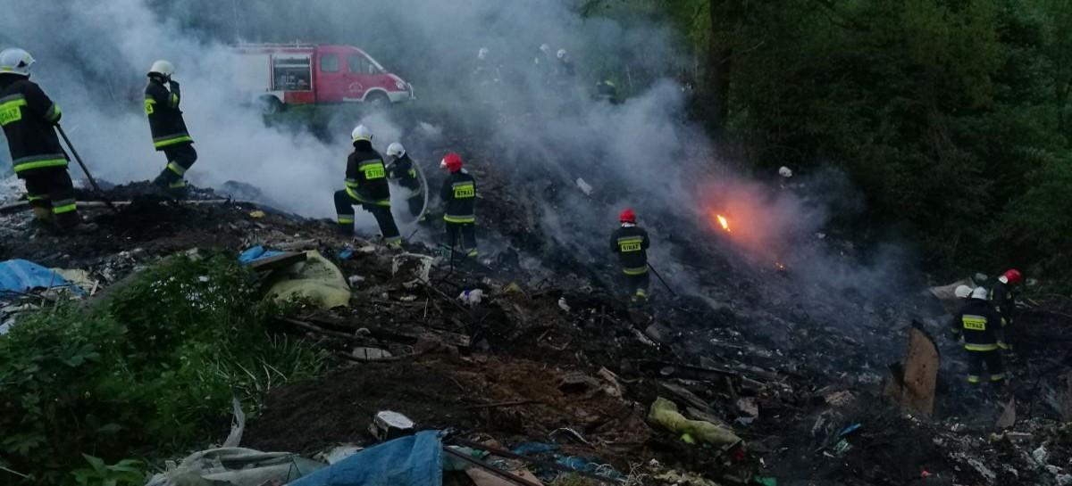 Pożar dzikiego wysypiska śmieci w lesie. Bardzo trudna akcja strażaków (ZDJĘCIA)