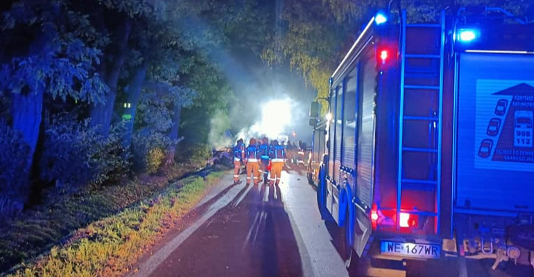 Koszmarny wypadek! Auto uderzyło w drzewo i spłonęło. Śmierć 4 młodych osób (FOTO)