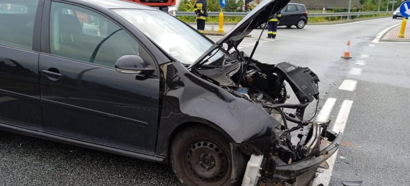 Groźny wypadek w Widełce. Dwie osoby ranne (FOTO)