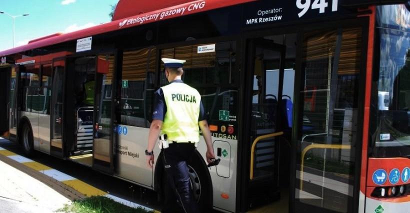 RZESZÓW. Policjanci sprawdzali, czy pasażerowie noszą maseczki. 20 pouczeń