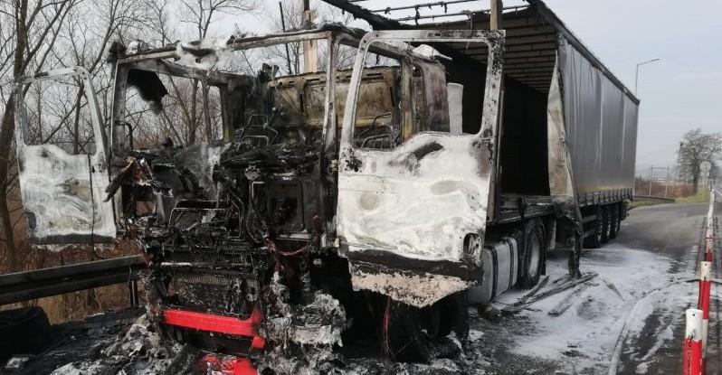 Tir zaczął się palić podczas jazdy. Spłonął doszczętnie (ZDJĘCIA)