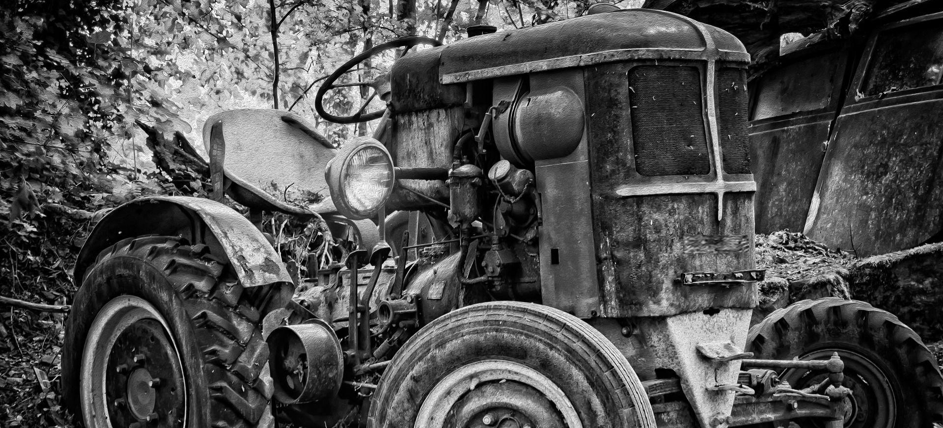 Traktor wjechał do rowu i przygniótł kierowcę. 43-latek nie żyje