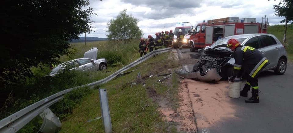 BIESZCZADY: Groźny wypadek. Jedna z osobówek wypadła przez bariery (FOTO)