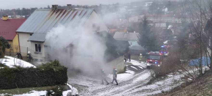 PRZYSIETNICA: Pożar domu. W środku uwięzione dwie osoby! (ZDJĘCIA)