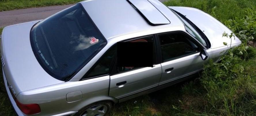 Krzemienna: Wjechał do przydrożnego rowu, pasażerka doznała obrażeń (ZDJĘCIA)