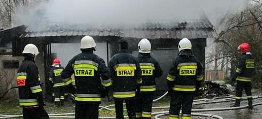 Groźny pożar budynku gospodarczego (ZDJĘCIA)