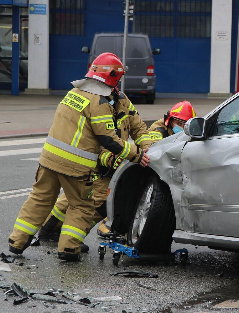 Zderzenie trzech osobówek na skrzyżowaniu Lipińskiego ze Stróżowską (ZDJĘCIA)
