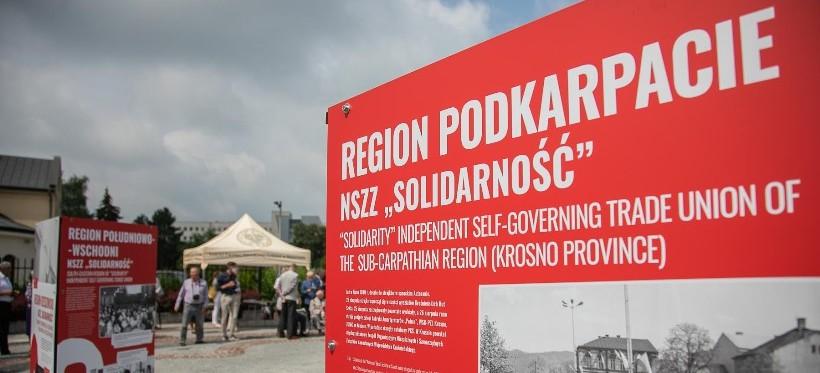 """RZESZÓW. W Ogrodach Bernardyńskich otwarto wystawę """"Tu rodziła się Solidarność"""" (ZDJĘCIA)"""