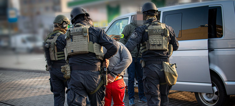 Rozbity gang prowadził agencje towarzyskie. VIDEO z wejść policji do mieszkań (FILM, ZDJĘCIA)