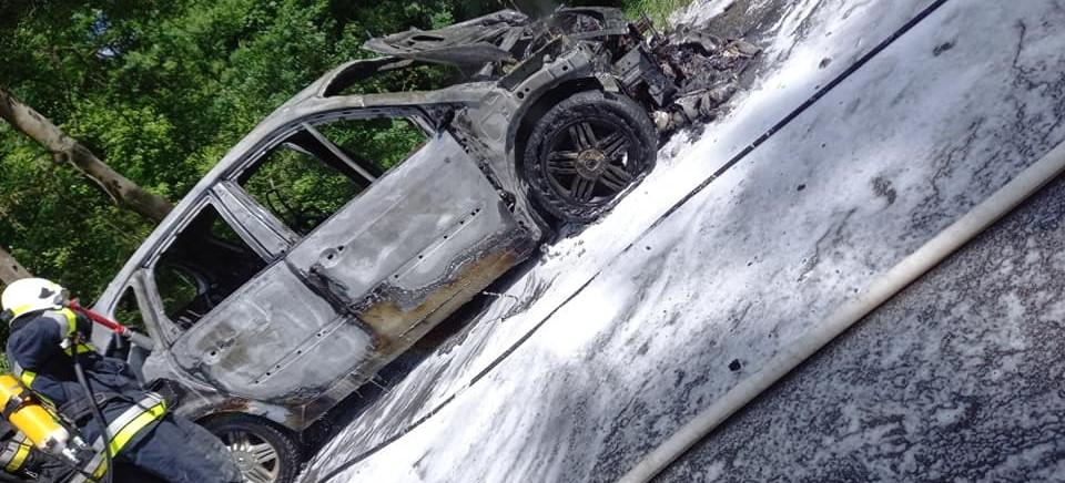 Pożar osobówki. Samochód spłonął doszczętnie (ZDJĘCIA)