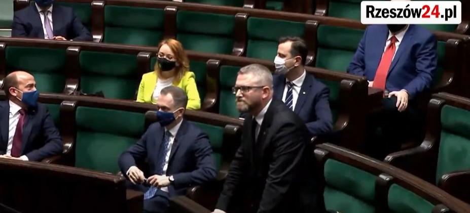 SEJM. Grzegorz Braun wykluczony z obrad za brak maseczki! (VIDEO)