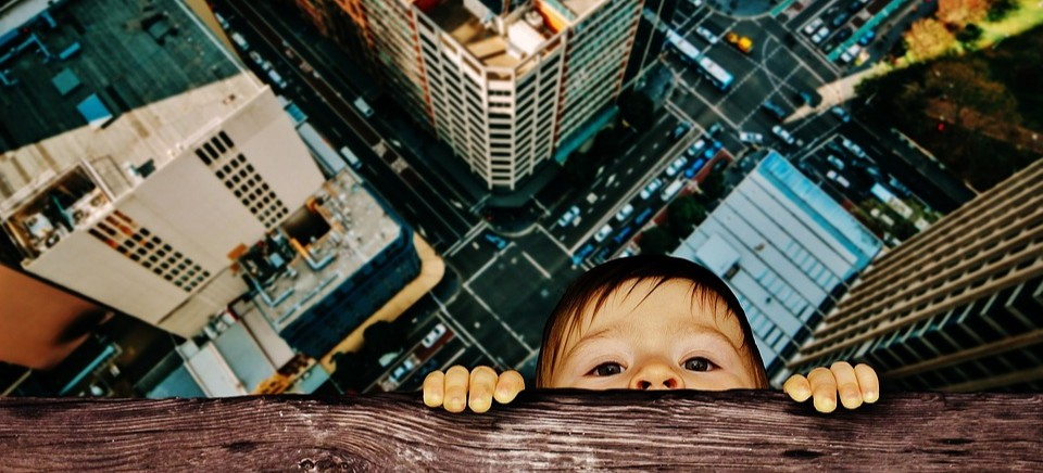 Dziecko chodziło po parapecie… Ojciec zasnął, matka była na zakupach
