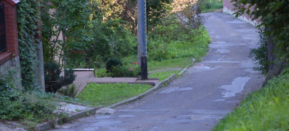 Po takiej drodze uczniowie pójdą wkrótce do szkoły. Harcerska czeka na remont (FOTO)