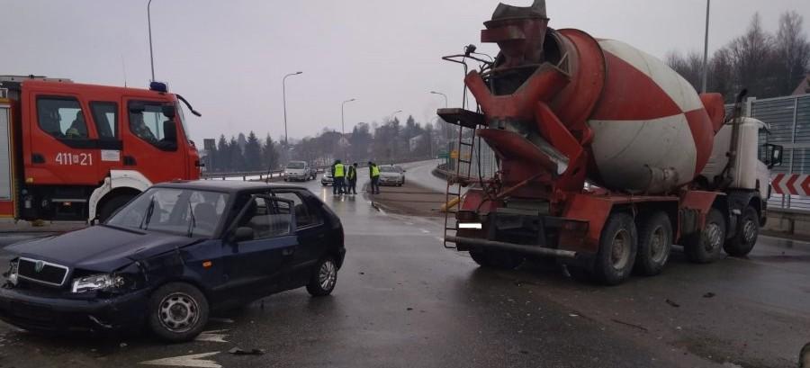 Skodą wymusił pierwszeństwo kierującemu ciężarową scanią (FOTO)