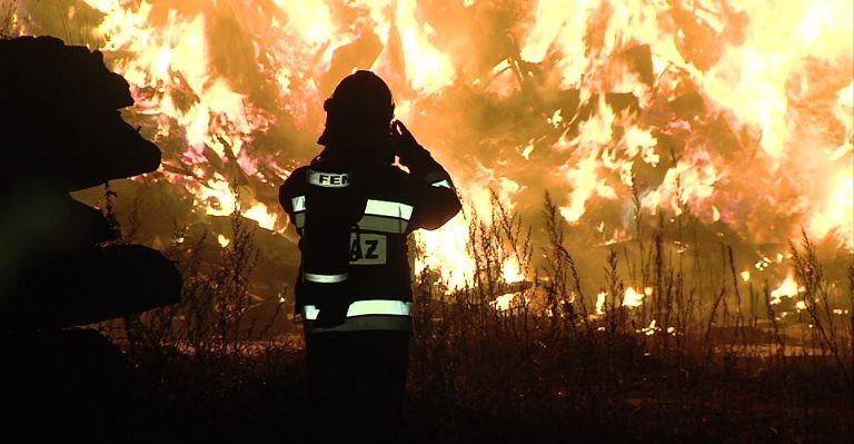 Potężny pożar w sortowni odpadów. Jak duże będzie skażenie środowiska? (VIDEO, ZDJĘCIA)