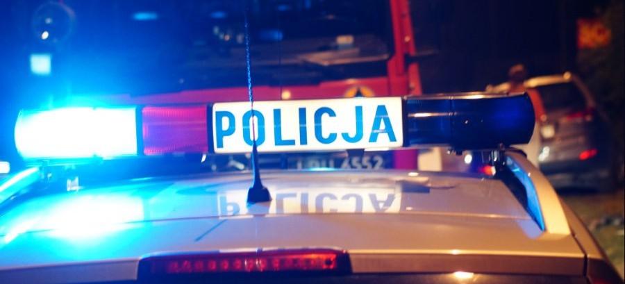Policjanci eskortowali mężczyznę do szpitala