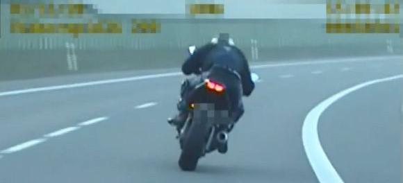 Policyjny pościg przy ogromnej prędkości. ZOBACZ VIDEO