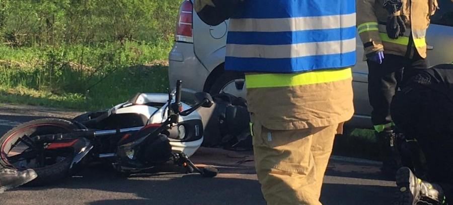 Uderzył w motocykl podczas skrętu. Kierujący jednośladem w szpitalu (ZDJĘCIA)