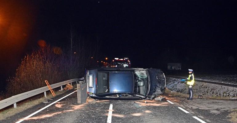PODKARPACIE: 19-latek wjechał w jeepa i wywrócił pojazd (FOTO)