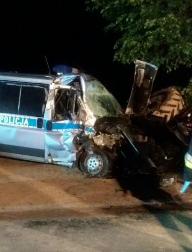 Wjechał ciągnikiem pod pędzący radiowóz. Cztery osoby trafiły do szpitala (ZDJĘCIE)
