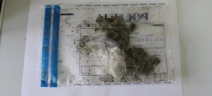 Bez pasów, prawa jazdy i z woreczkiem narkotyków