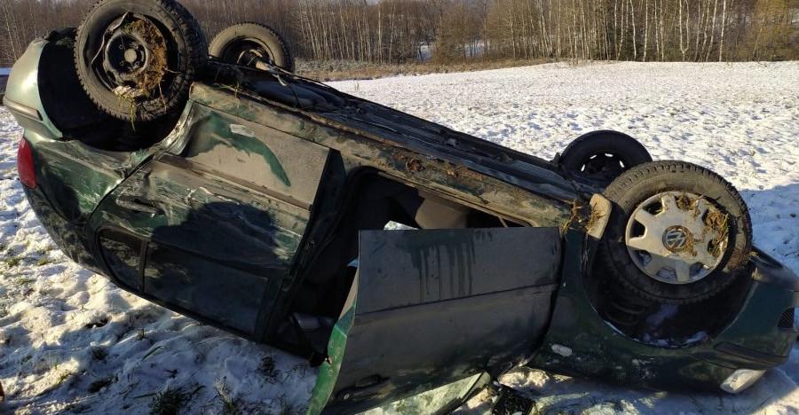 Ciężarówka zmiotła z drogi osobowego volkswagena. Dachowanie (ZDJĘCIA)