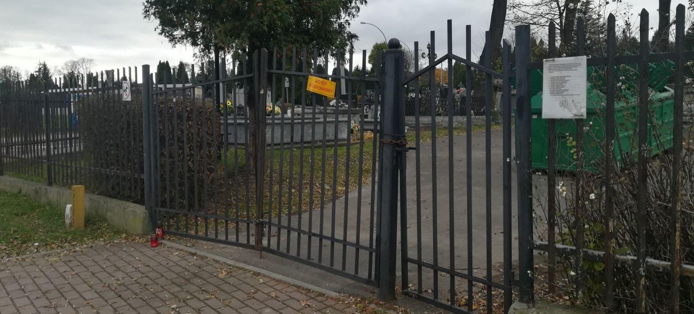 Uszkodzenie bram cmentarzy zgłoszono na policję (ZDJĘCIA)