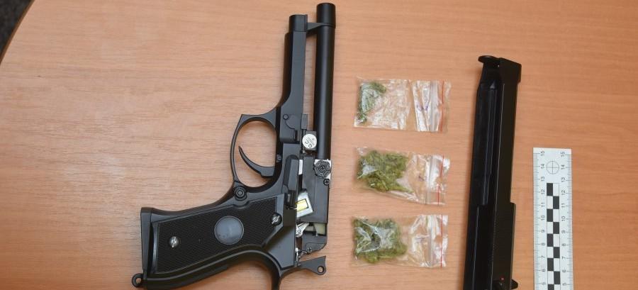 Nastolatek schował narkotyki w pistolecie na plastikowe kulki…