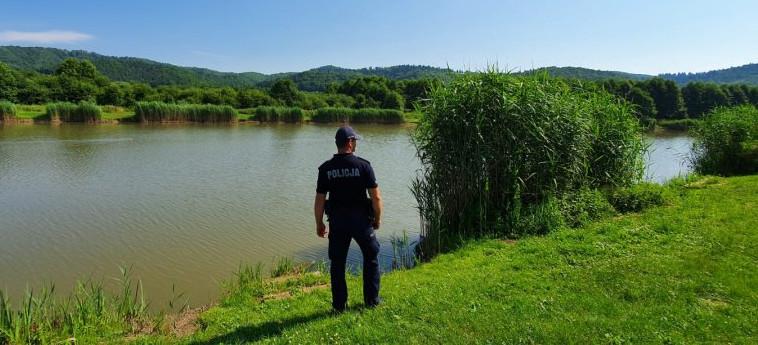 SANOK. Policjanci sprawdzają tereny nad wodą