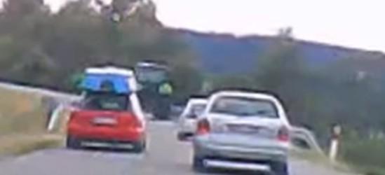 Na łuku drogi wyprzedzał trzy osobówki i traktor! (VIDEO)