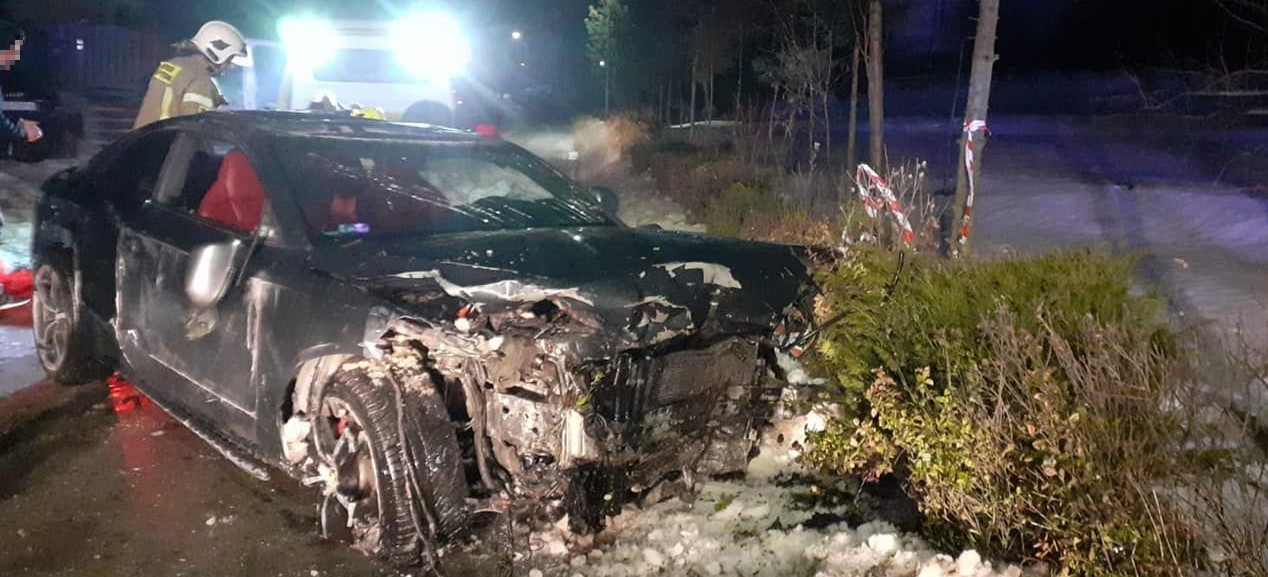 28-latek wjechał w płot i garaż. Jego samochód dachował (ZDJĘCIA)