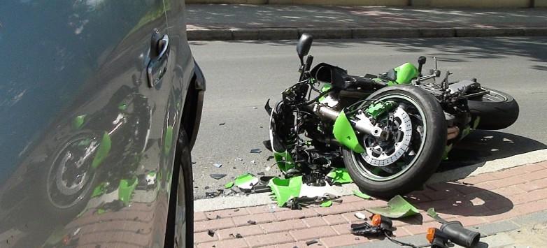 Uderzył motocyklem w osobówkę. Bez uprawnień i obowiązkowego ubezpieczenia