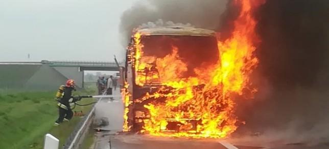 Na A4 za Rzeszowem spalił się autobus (ZDJĘCIA, FILM)