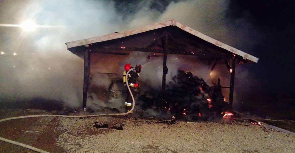 Pożar wybuchł nad ranem. Palił się garaż i drewutnia (FOTO)